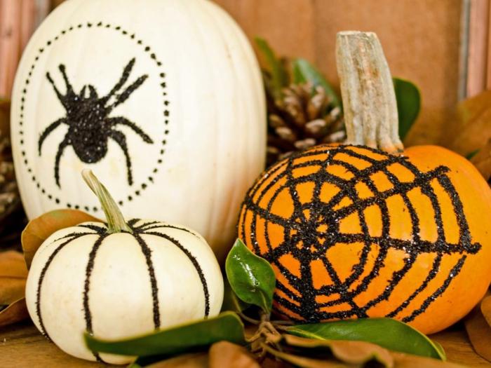 cosas de halloween, tres calabazas con ornamentos de brocado negro, decoración refinada para tu fiesta de Halloween