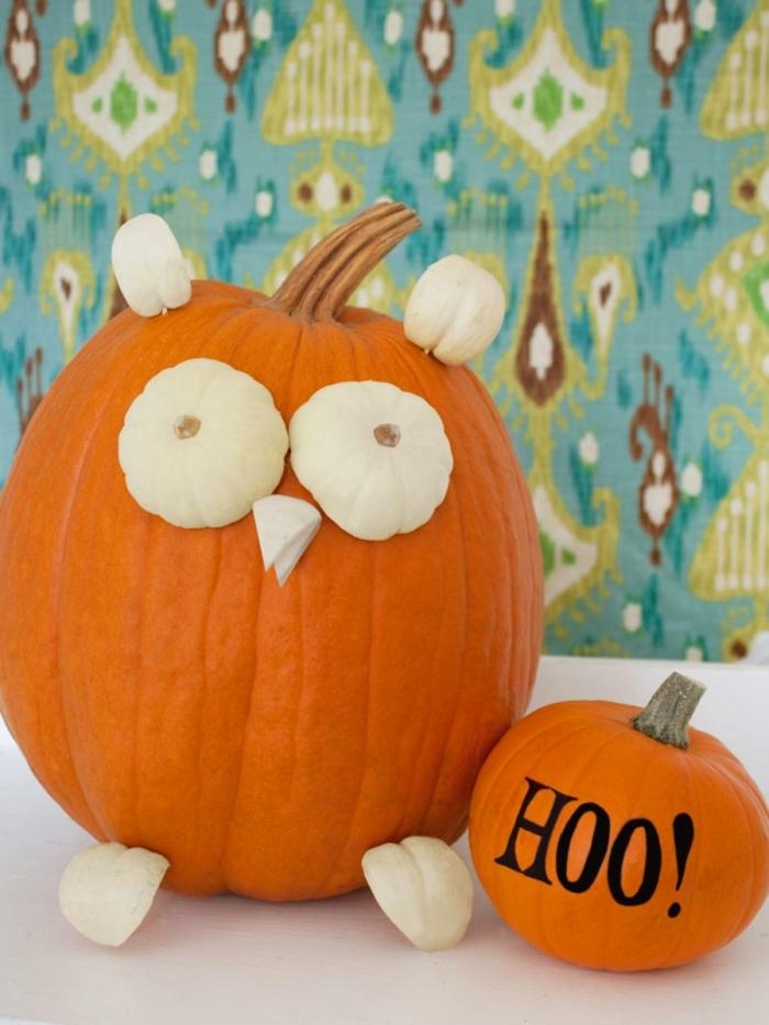 decoracion halloween, calabazas grandes anaranjadas decoradas con más pequeñas en blanco, inscripción con marcador negro