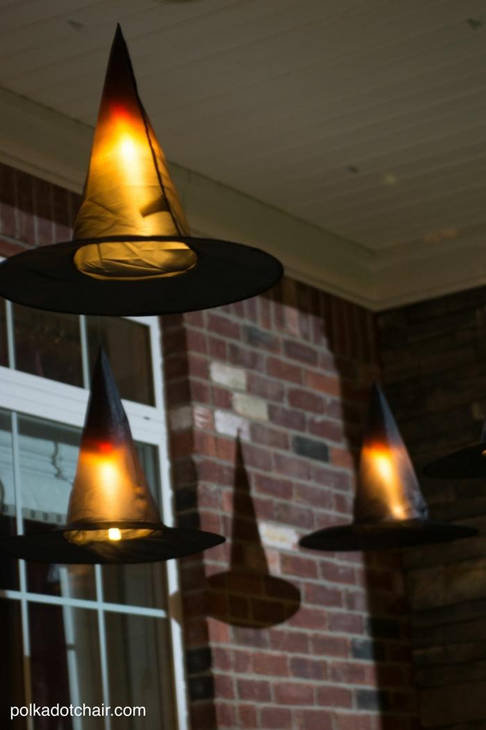 decoracion halloween, iluminación mística para tu fiesta, sombrerillos de brujas con lámparas debajo