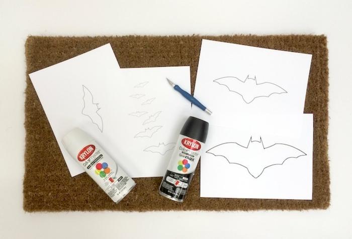decoracion halloween, como decorar una esterilla con motivos de halloween, dibujos de murciélagos en hoja de papel blancas