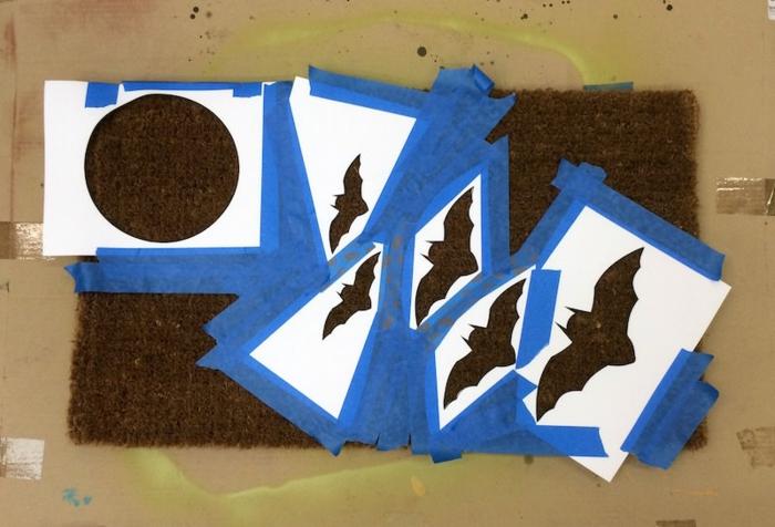 cosas de halloween, manera de pintar una esterilla sin ensuciar el suelo, estampados de murciélagos y luna
