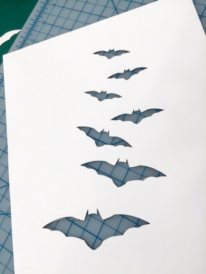 adornos halloween, etapas para hacer un estampado de murciélagos en una esterilla, proyecto DIY fácil