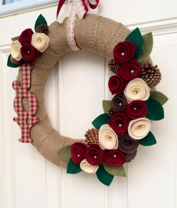 decoracion navideña manualidades, puerta blanca, corona de navidad con arpillera, rosas blancas y rojas de tela