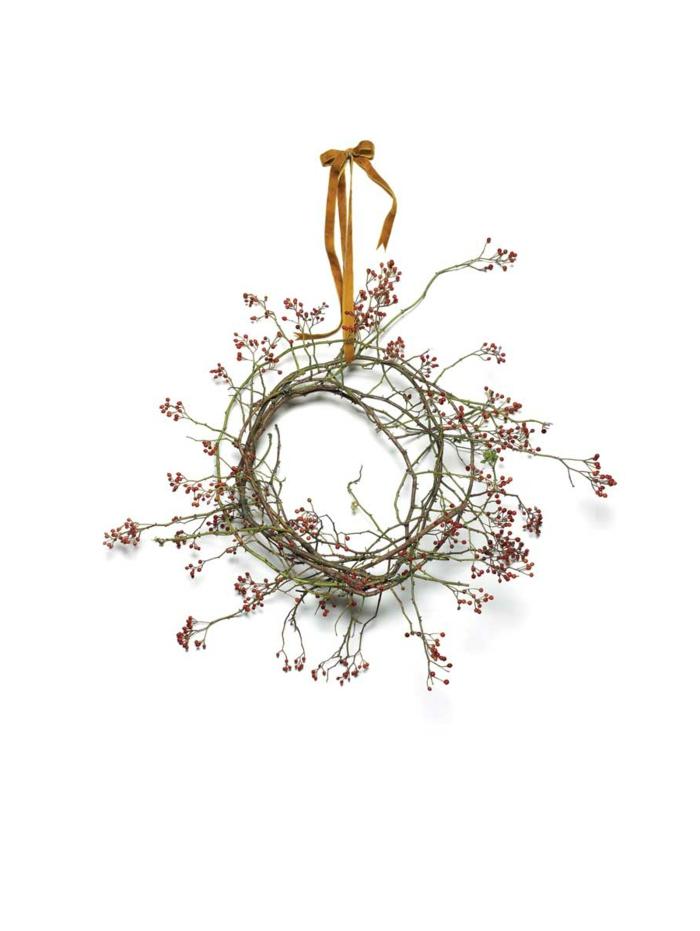 decoracion navideña manualidades, corona de navidad de rama con frutas rojas, lazo de cinta dorada