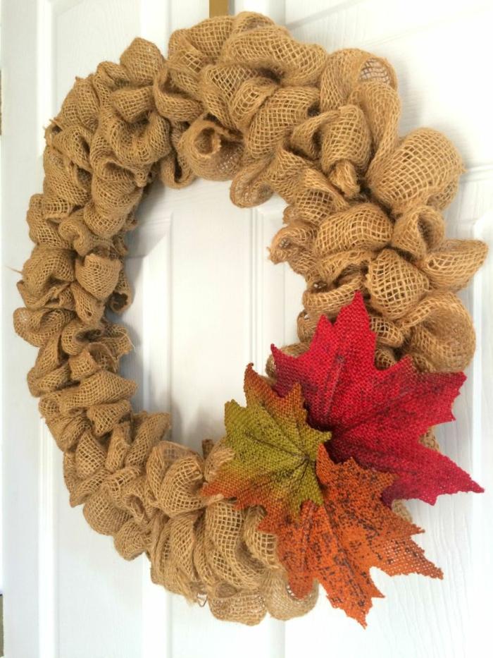 decoracion navideña manualidades, puerta blanca con corona navideña de arpillera con hojas otoñales