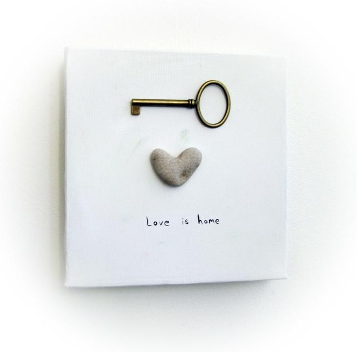 regalos originales para novios, decoración de pared con corazón piedra y la llave del corazón