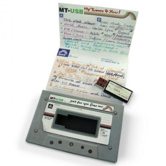 regalos originales para novios, usb en forma de cassette antigua, idea de regalo con las canciones favoritas de la pareja