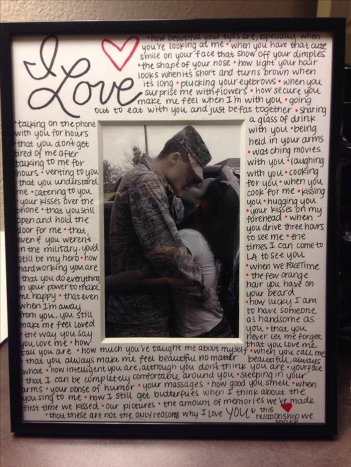 regalos originales para novios, decoración de pared con carta de amor y foto de una pareja con beso
