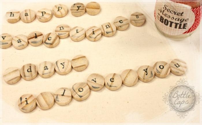 regalos originales para novios, regalo san valentin, mensaje escondido sobre astillas de madera en tarro de cristal
