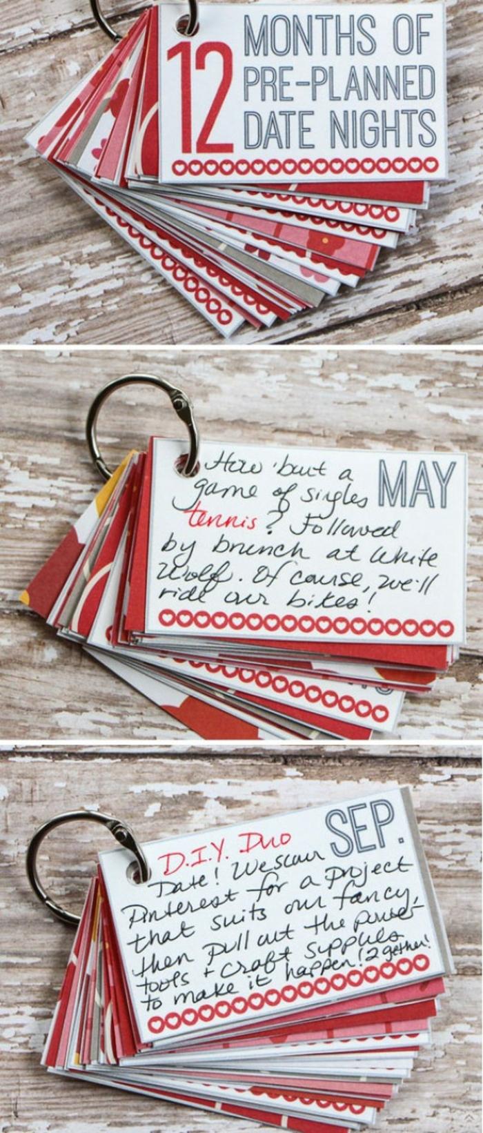 regalos originales para novios, regalo con papeles con mensajes de amor en anilla de llavero