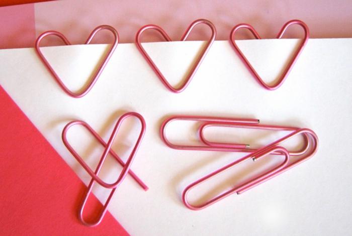 manualidades originales para novios, separador de papeles o libros en rosado hecho de sujetapapeles