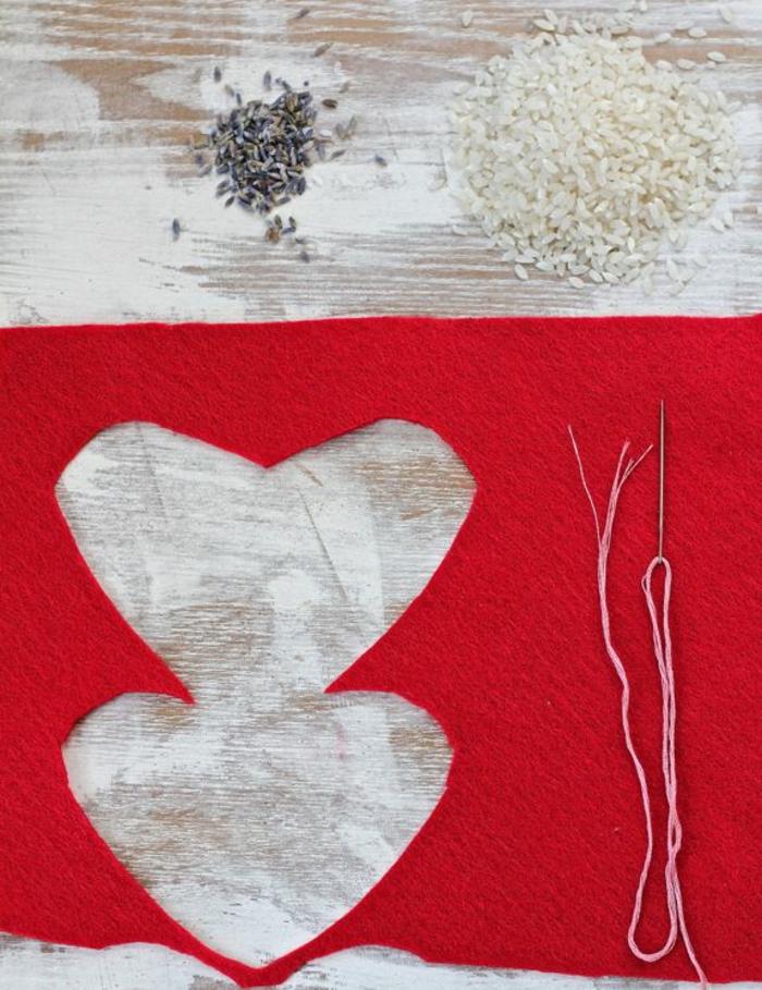 regalos originales para novios, tela roja, arroz y lavanda, aguja con hilo, tutorial para hacer calentadores de manos románticos