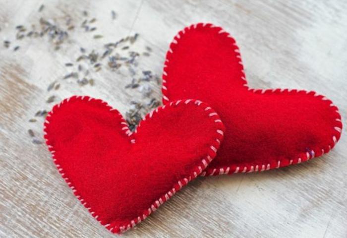 regalos san valentin, calentadores de mano en forma de corazones rojos, regalo para novios