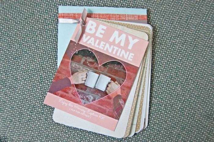 regalos san valentin, regalo romantico con cartas con mensajes de amor atados con cinta rosada