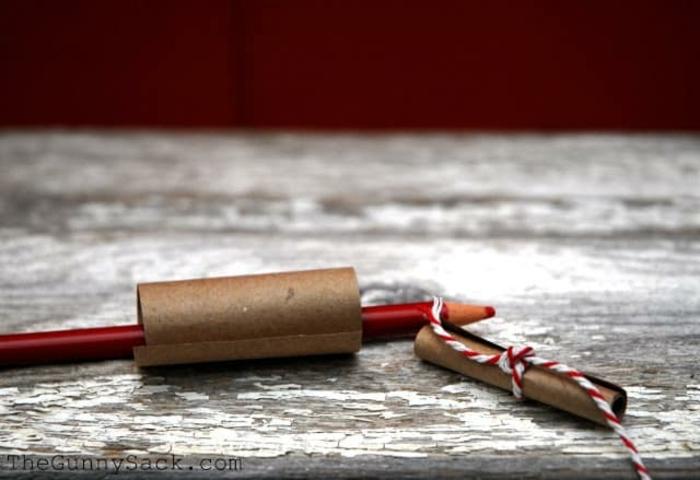 regalos san valentin, tutorial para hacer tarro de cristal con mensajes en papel kraft enrollado, lápiz e hilo rojo y blanco