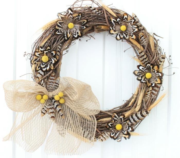 adornos de navidad caseros, corona navideña en marrón y amarillo, ramas secas, lazo de cinta beige