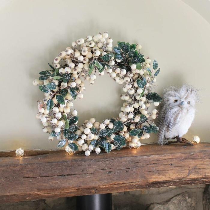 adornos de navidad caseros, corona de navidad de muerdago blanco cubierto de escarcha, figura de buho