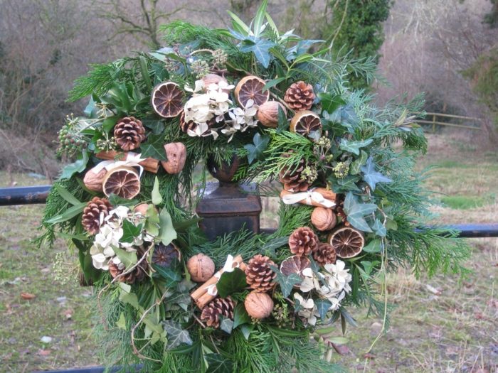 adornos de navidad caseros, corona de navidad natural verde con rodajas de naranja, nueces y piñas