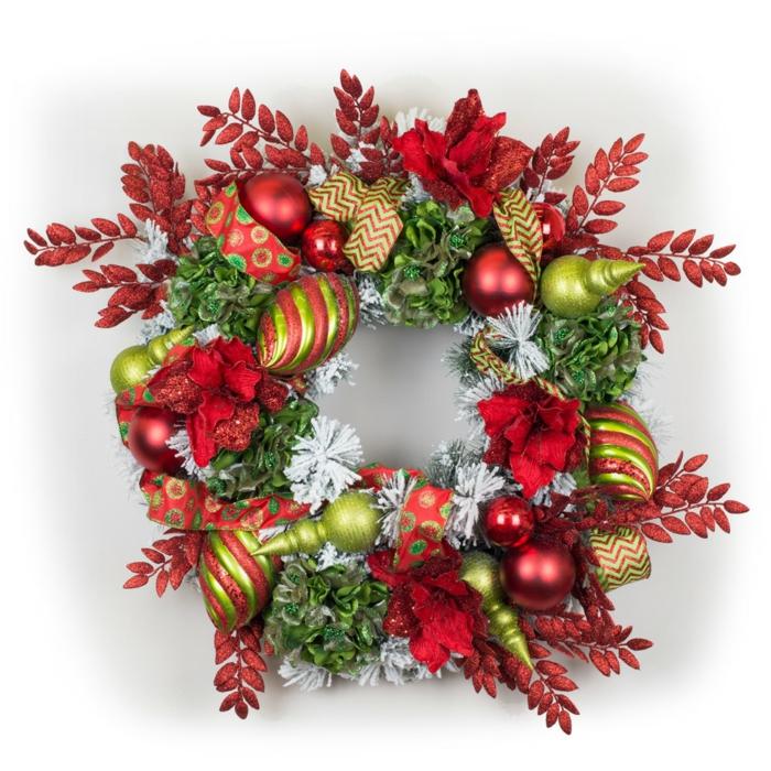 adornos de anvidad caseros, corona de anvidad con hojas verdes y rojas artificiales, bolas brillantes decorativas