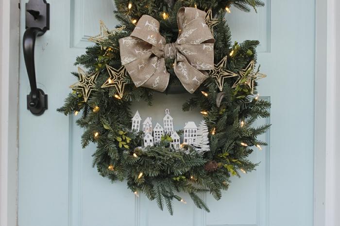 adornos de navidad caseros, corona navideña verde de tres partes cona dornos hechos a mano de cartón y escobilla