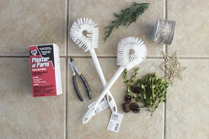 adornos de navidad caseros, tutorial para hacer corona navideña casera, materiales necesarios, escobillas blancas, ramas, yeso y adornos