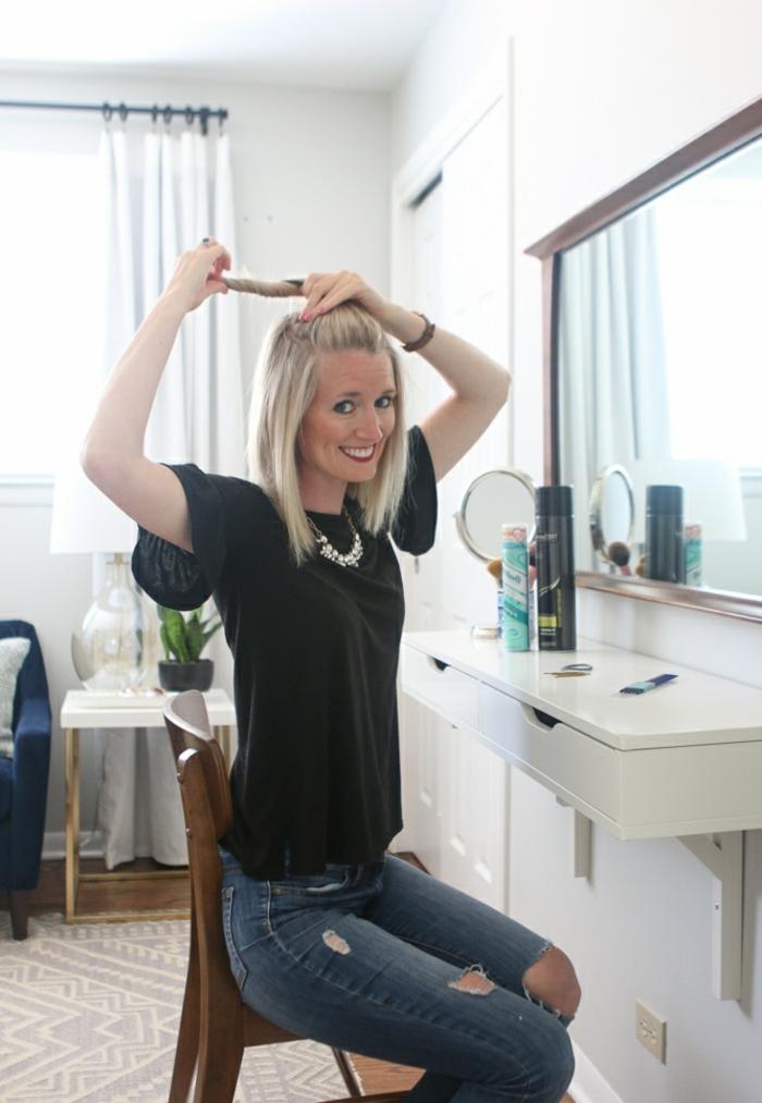 peinados semirecogidos, mujer sonriente enseña cómo hacer un semirecogido con moño en cabello corto liso