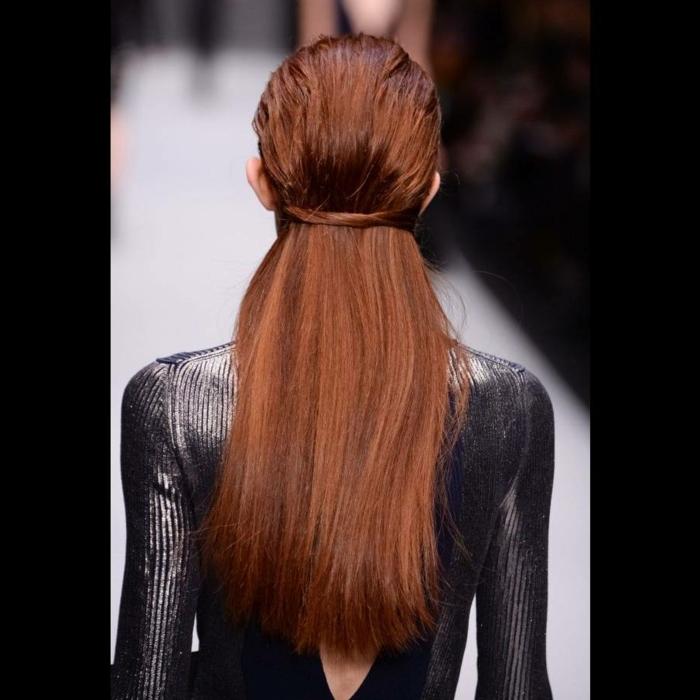 semirecogidos faciles, mujer de espaldas pelirroja, cabello largo lacio, semirecogido moderno ajustado con mechones atados por detrás