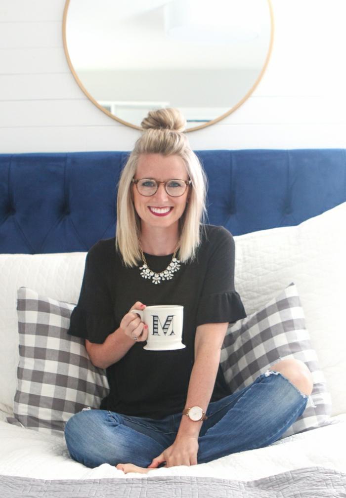 semirecogidos, mujer con gafas sentada tamando té, peinado semirecogido con moño grande, pelo corto liso rubio