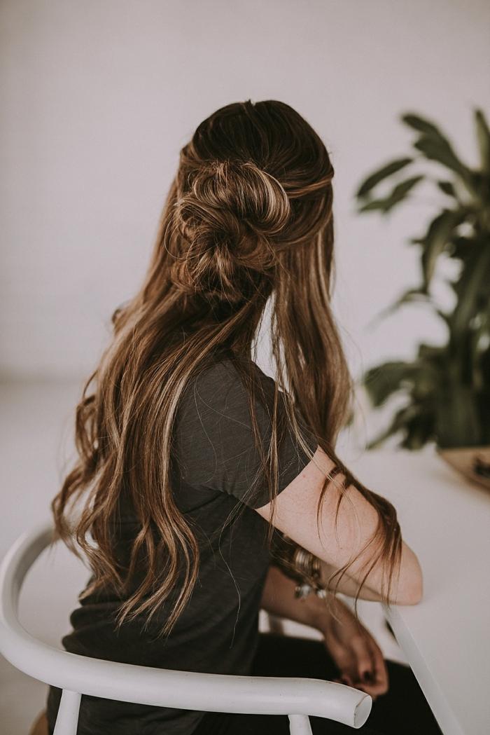 semirecogidos para bodas, mujer con cabello ondulado abundante y largo, semirecogido con moño doble voluminoso
