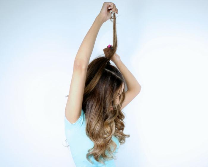 peinados semirecogidos, mujer con pelo largo y blusa azul, como dar volumen a coleta para hacer semirecogido fácil