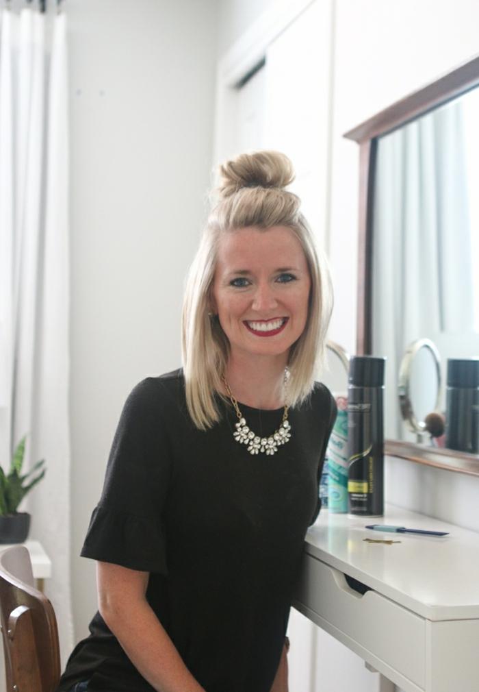 semirecogidos, tutorial sobre semirecogido con moño en pelo corto, resultado final, mujer sonriente con blusa negra