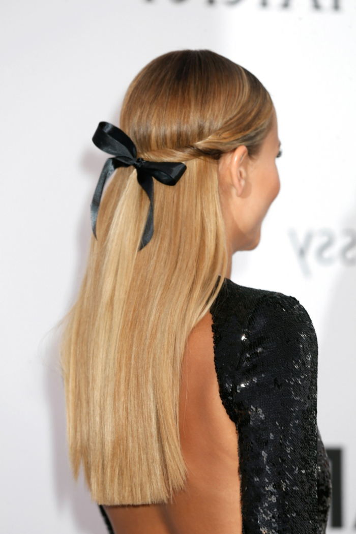 peinados de lado, mujer con vestido con espalda decubierta, pelo rubio lacio, semirecogido con mechones torcidos y cinta negra