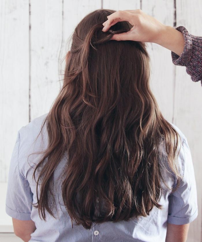 peinados de lado, paso 3, emirecogido sencillo en pelo ondulado naturalmente castaño, como torcer los mechones