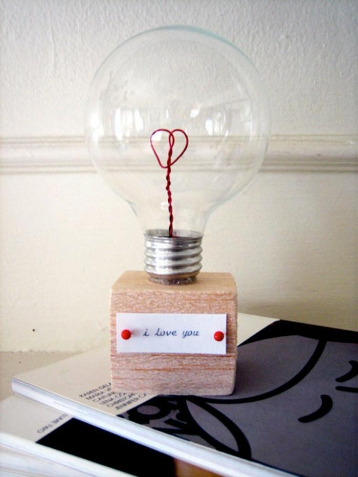 ideas para san valentin, idea de bombilla de amor con mensaje, alambre rojo en forma de corazón, base de madera