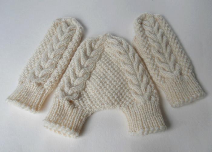 ideas para san valentin, regalo para novios, guantes tejidos blancos para pareja tomados de la mano