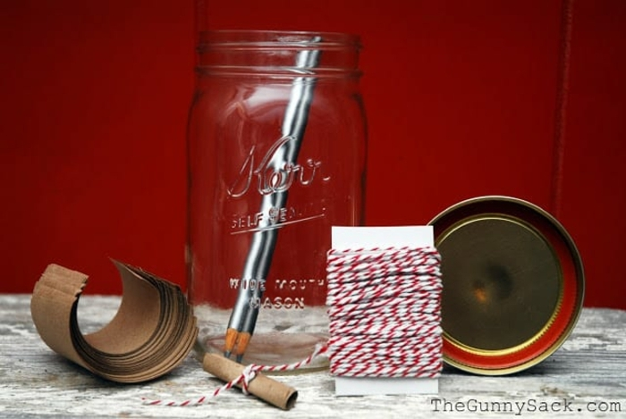 ideas para san valentin, materiales necesarios, tarro de cristal, papel kraft. hilos y lápiz, tutorial regalo romántico