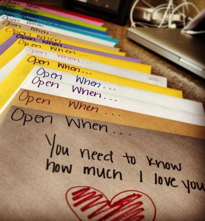 ideas para san valentin, sobres con mensajes de amor para regalar, papel Kraft, amarillo, blanco y morado