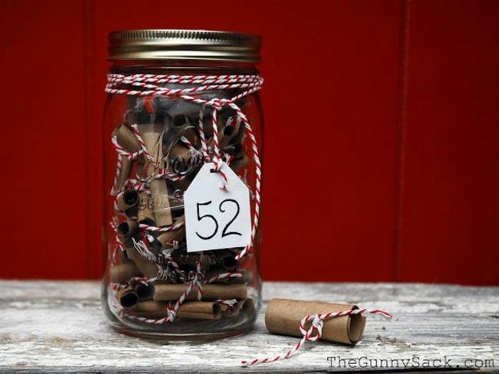ideas para san valentin, tarro de cristal con hilo en blanco y rojo llenos de papelitos con mensajes románticos