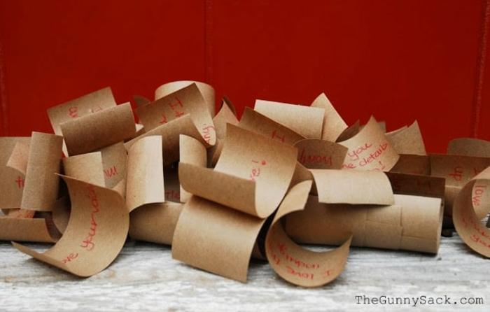 regalos romanticos, papeles pequeños de papel kraft con mensajes de amor en rojo