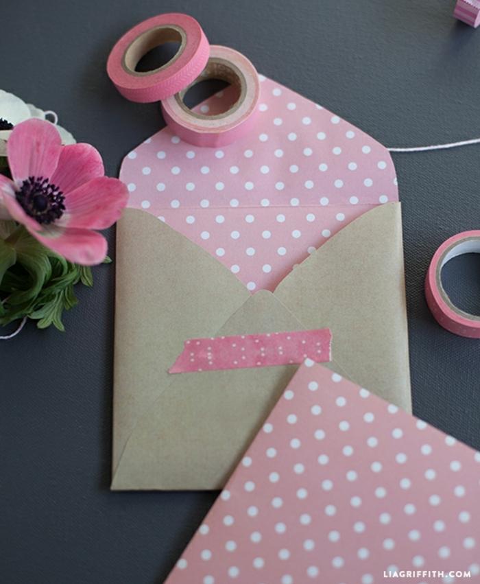 regalos romanticos, sobre para tarjeta de san valentin, papel kraft, cinta adhesiva rosada, flor