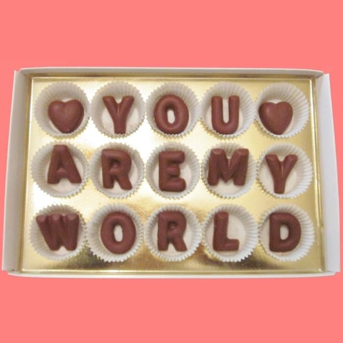 regalos romanticos, regalo san valentin con bombones de chocolate personalizados como letras en una frase de amor