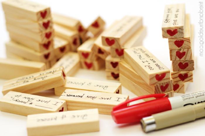 manualidades originales, regalo san valentin con astillas de madera con mensajes de amor y corazones rojos
