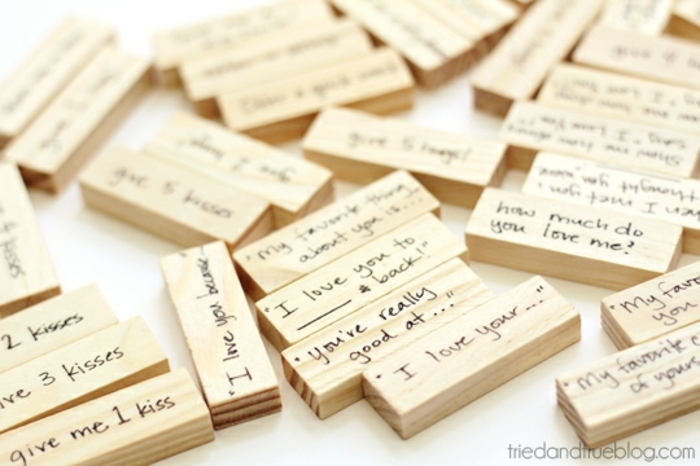 manualidades originales, domino de madera con corazones y mensajes de amor grabados