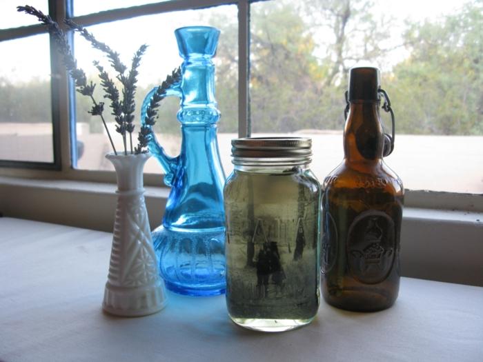 manualidades originales, decoración con jarra azul de vidrio, botella y tarro de cristal con foto en blanco y negro