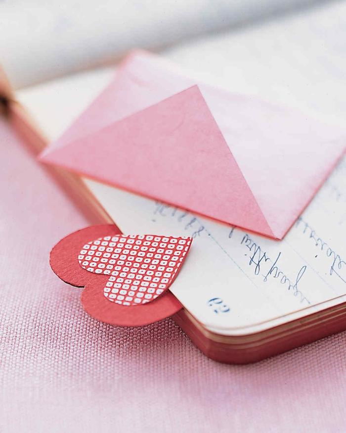 regalos originales hechos a mano, separador de libros en forma de corazón hecho de cartón rojo