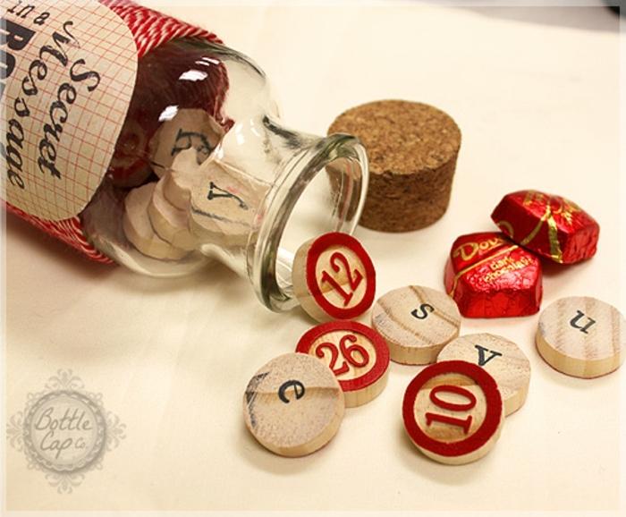 regalos originales hechos a mano, regalo san valentin, tarro de cristal con astillas de madera y bombones