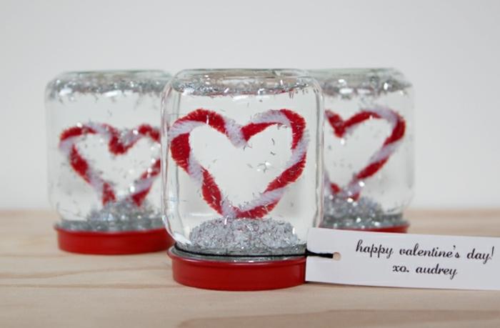 ideas para san valentin, regalo de san valentin, bolas de nieve caseras con tarros de cristal y limpiador de pipa en blanco y rojo