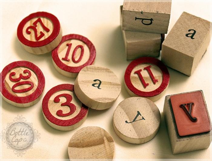 manualidades para regalar, rectángulos y círculos de madera con números y letras, rojo y negro