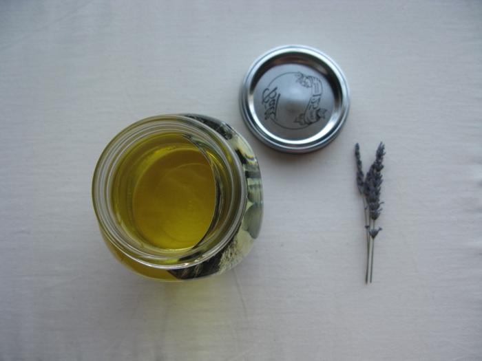 ideas para san valentin, tutorial para hacer, decoración romántica con foto en tarro de cristal con hierba y aceite vegetal amarillo