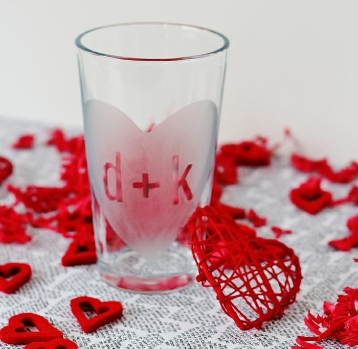 manualidades para regalar, regalo romántico, vaso de agua con iniciales y corazón, decoración en rojo